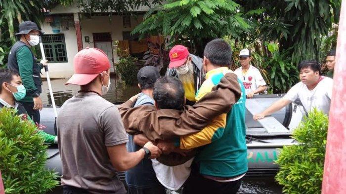 Perjuangan Relawan Evakuasi Warga Lumpuh Korban Banjir di Jl Inspeksi PAM Makassar