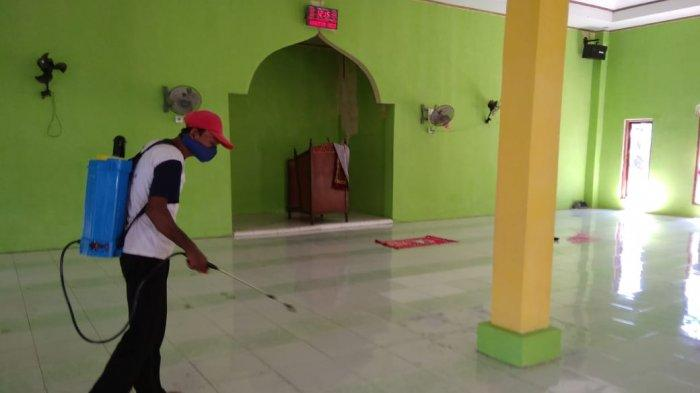 Dipakai Salat Idulfitri Besok, Semua Masjid di Desa Popo Takalar Disemprot Disinfektan