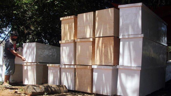 FOTO; Relawan Muhammadiyah Buat Peti Jenazah Bagi Pasien Covid-19 - relawan-muhammadiyah-gowa-menyelesaikan-pembuatan-peti-jenazah-di-desa-maccini-baji-1.jpg