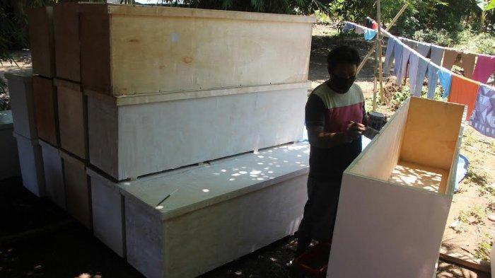 FOTO; Relawan Muhammadiyah Buat Peti Jenazah Bagi Pasien Covid-19 - relawan-muhammadiyah-gowa-menyelesaikan-pembuatan-peti-jenazah-di-desa-maccini-baji-2.jpg