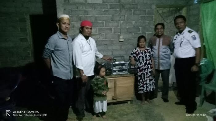 Senangnya Rosma Penderita Tunanetra di Balampesoang Dapat Radio Lawas dari Relawan Sosial Mandiri