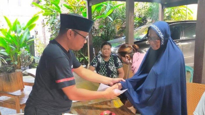 Komunitas Sepeda Lipat Makassar Bantu Korban Angin Kencang di Tanete Rilau Barru