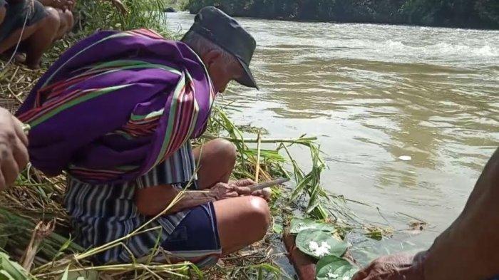 Cari Korban Lakalantas, Warga Messawa Mamasa Gelar Ritual 'Ma'rumammang' di Pinggir Sungai