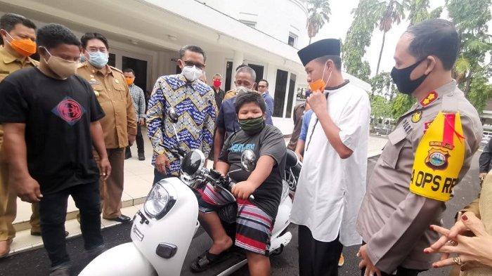 Ekspresi Sukacita Rizal Korban Bully Dapat Motor Listrik dari Gubernur, Bandingkan Nasib Pembully