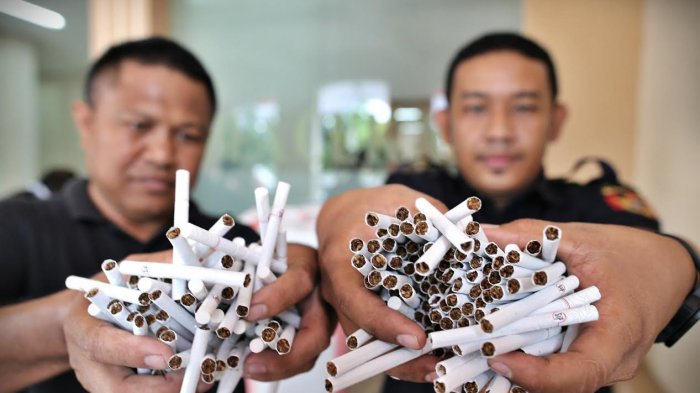 Petugas Bea Cukai Sita 2 Kodi Rokok Ilegal di Bandara Sultan Hasanuddin