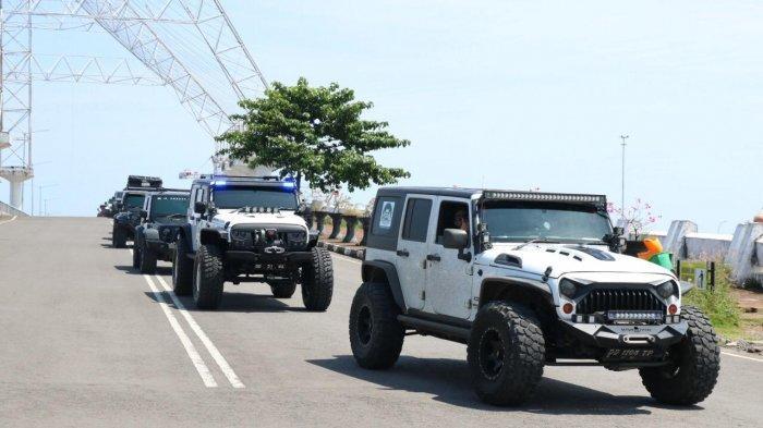 rombongan jeep wrangler melintas