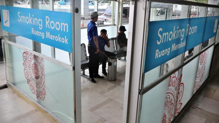 FOTO: Masuk Kawasan Tanpa Rokok, Bandara Sultan Hasanuddin Sediakan Ruang Merokok