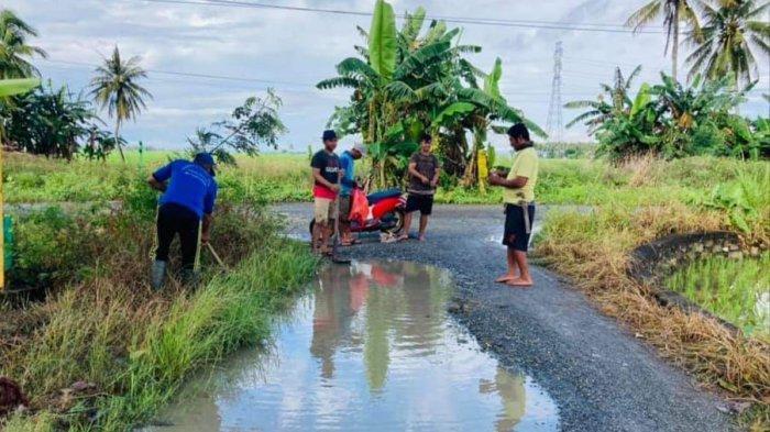 Ruas jalan Bampengnge Desa Kalosi Alau, Kecamatan Dua Pitue, Sidrap rusak parah bak kolam, warga tagih janji pemerintah Sidrap