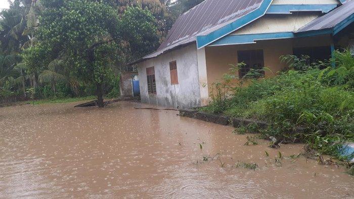 Jalan Poros Pakkaterang Jeneponto Terendam Banjir, Kendaraan Masih Bisa Melintas