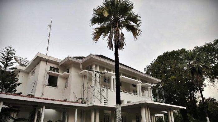 Suasana Rumah jabatan Gubernur Sulsel di jalan Jendral Sudirman Makassar, Senin (2/4/2018).