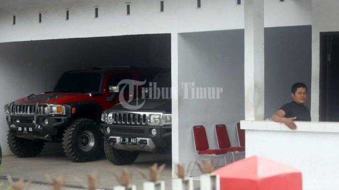 FOTO: Mobil Mewah Terparkir di Rujab Rektor UNM - rujab-rektor-unm_20181021_202214.jpg