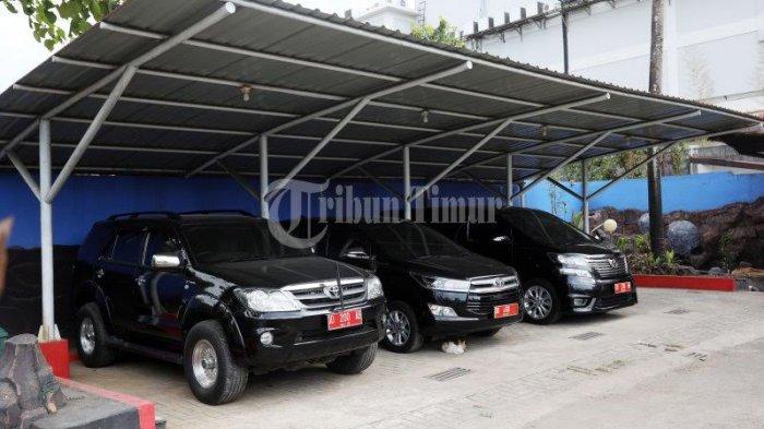 FOTO: Mobil Mewah Terparkir di Rujab Rektor UNM - rujab-rektor-unm_20181021_202233.jpg