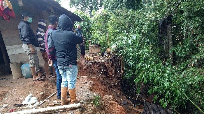 Hujan Lebat, Sebuah Rumah di Tusan Mamasa Nyaris Terseret Longsor