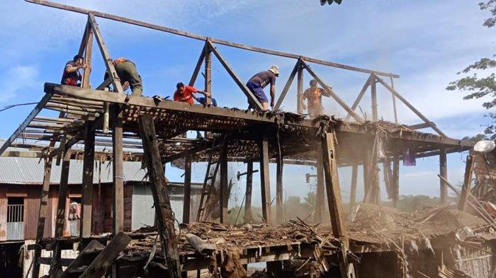 Dicueki Pemerintah, Tim Gabungan Maros Bedah Rumah Sannari, Warga Miskin di Bontoa