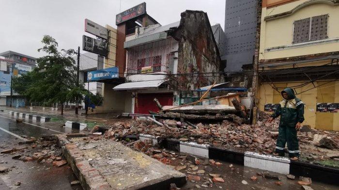 Ruko di Jl Nusantara Ambruk Saat Hujan Deras dan Angin Kencang Landa Makassar