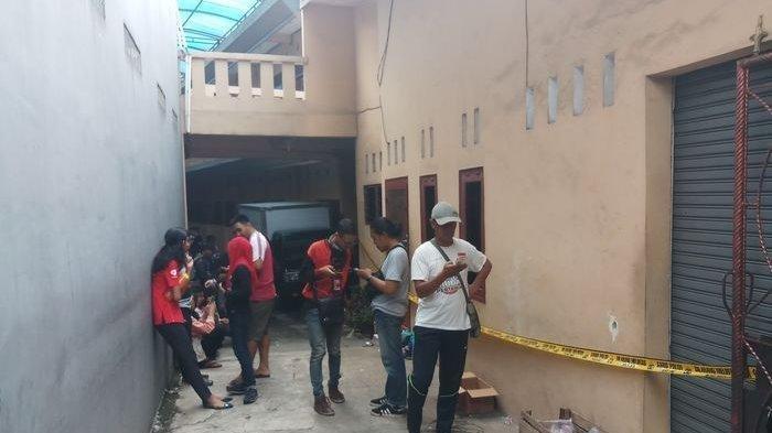 Kosan samping lokasi rumah yang juga dijadikan warung di Jalan Bojong Nangka 2, RT 02 RW07 Kelurahan Jatirahayu, Kecamatan Pondok Melati, Kota Bekasi. Di rumah itulah satu keluarga ditemukan tewas mengenaskan.