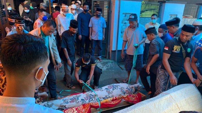 Prosesi penyemayamn mantan anggota DPRD Pangkep Haji Sakkirang Dg Sibali Bin Laeman, di Jl Cumi-Cumi, Jagong, Pangkajene, pangkep, Kamis (25/2/2021)