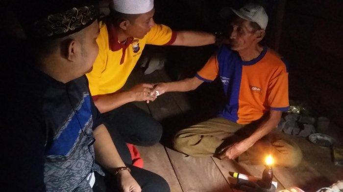 At-taubah Channel Peduli Sengkang Kunjungi Warga Sebatangkara di Gubuk Tanpa Listrik