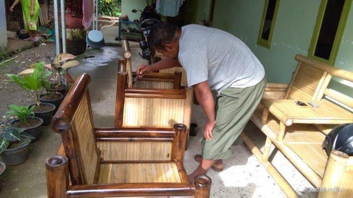 Pemberdayaan Forum Desa, PT Semen Tonasa Aktifkan Pengrajin Anyaman Bambu