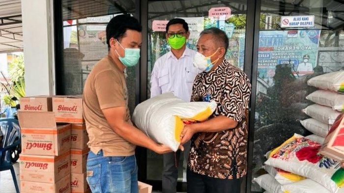 RS Sinar Kasih Bagikan Sembako ke Petugas Kebersihan di Tana Toraja
