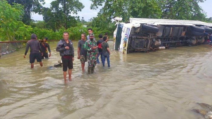 Jalan Poros Sengkang - Bone di Cempa Diterjang Banjir, Dua Truk Terbalik