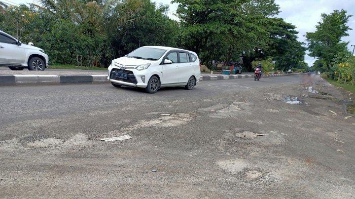 Warga Keluhkan Lubang di Jl Poros Makassar Barru Pemicu Lakalantas