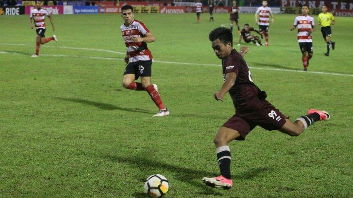 Saldi mengirim umpan dalam laga PSM melawan Madura United di Stadion Mattoanging, Makassar, Rabu (30/5/18) malam.