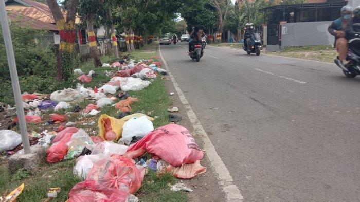 Sampah Berserakan di Jalan Kelara Jeneponto, Sudah Keluarkan Bau Busuk