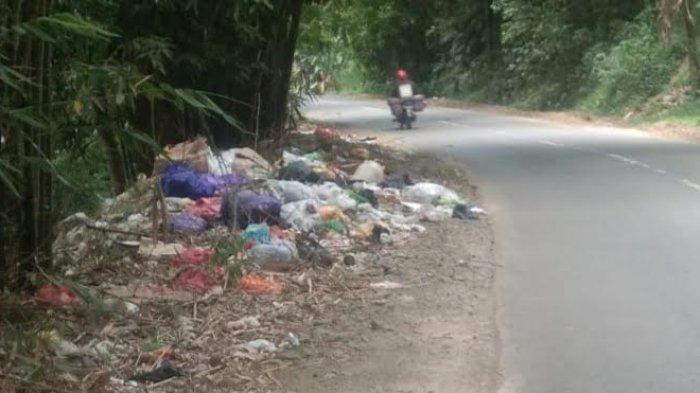 Jorok, Warga Tanete Riaja Keluhkan Tumpukan Sampah Berserakan di Pinggir Jalan Poros Soppeng