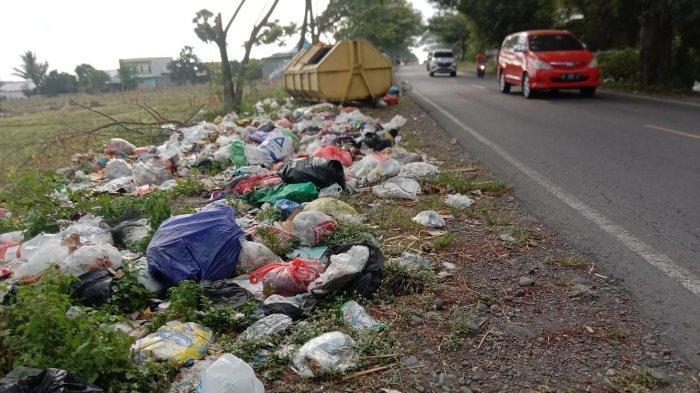 Sampah Busuk Berserakan di Pinggir Jalan Bontotangnga Jeneponto