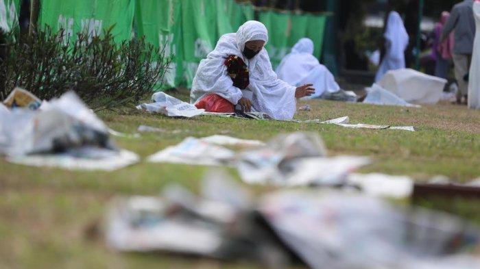 FOTO: Lagi, Sampah Koran Masih Berserakan Usai Salat Iduladha