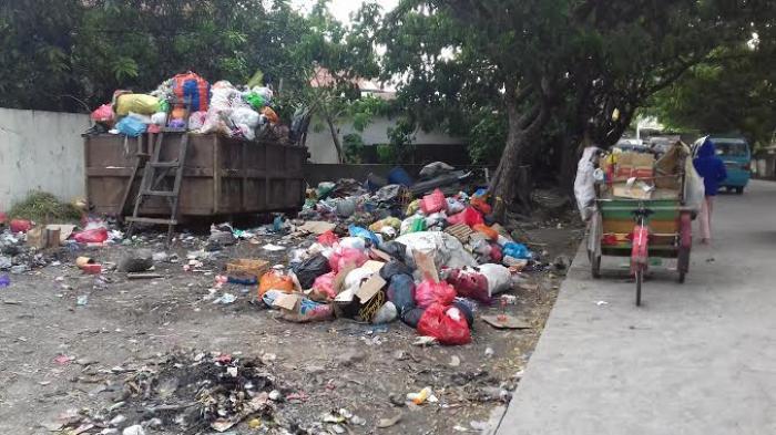 Sampah Menumpuk di Jalan Mallengkeri