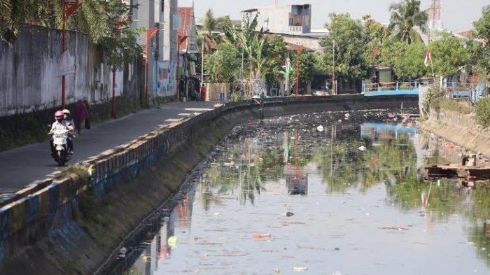 Foto Banyaknya Sampah Plastik Mengapung di Kanal Andi Tonro