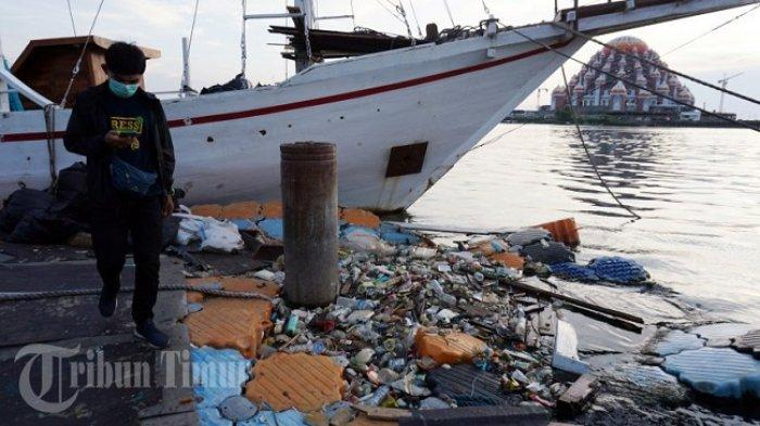 FOTO: Dermaga Anjungan Pantai Losari Tercemari Sampah - sampah-plastik-mengapung-di-dermaga-depan-anjungan-pantai-losari-1.jpg