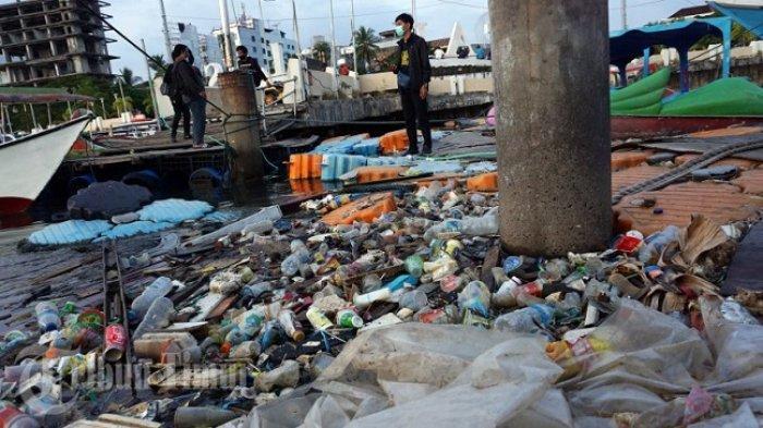FOTO: Dermaga Anjungan Pantai Losari Tercemari Sampah - sampah-plastik-mengapung-di-dermaga-depan-anjungan-pantai-losari-2.jpg