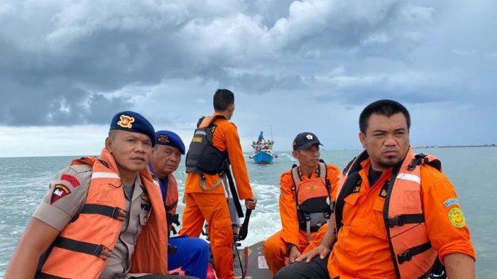 SAR Brimob dan Basarnas Evakuasi Perahu Nelayan di Teluk Bone, Ada Apa?