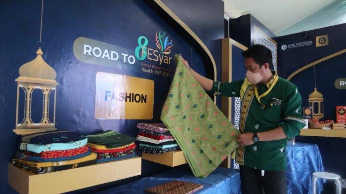 UMKM Binaan BI Sarung Tenun Khas Muna Mejeng di Sultra Expo