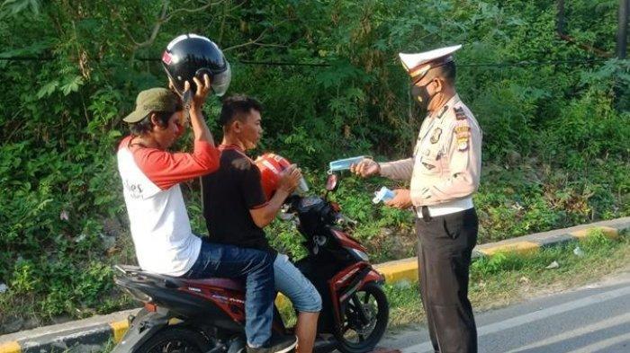 Polantas Majene Bagikan Masker Gratis ke Pangguna Jalan
