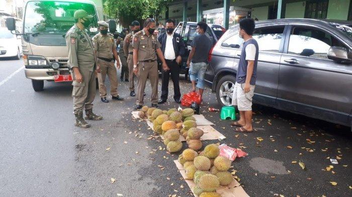 Gunakan Bahu Jalan Berjualan, Satpol PP Parepare Tegur Penjual Durian