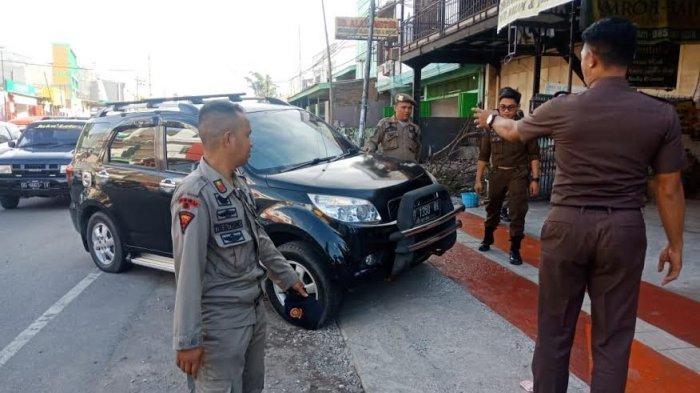 Satpol PP Gowa Sterilkan Kendaraan yang Terparkir di Pedestrian Sungguminasa