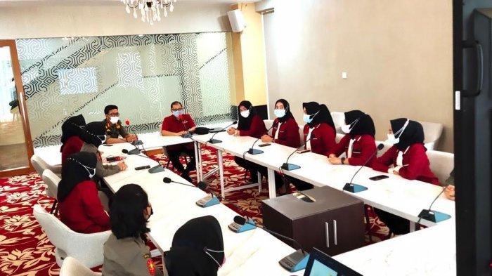 Bertugas di Depan Kantor Gubernur, Srikandi Satpol PP Sulsel Diajar Cara Menyapa & Etika Komunikasi