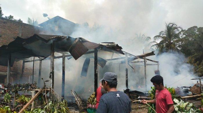 Satu Rumah Panggung Terbakar di Pitumpanua Wajo, Damkar Luwu Turut Bantu Padamkan Api
