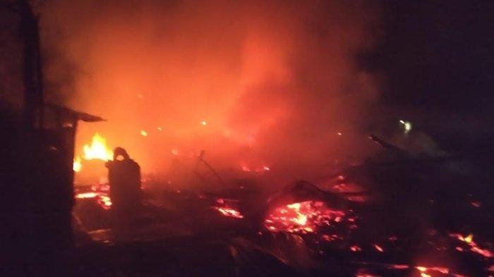 Satu Rumah Panggung Dilalap Api di Marioriwawo Soppeng, Kerugian Ditaksir Ratusan Juta