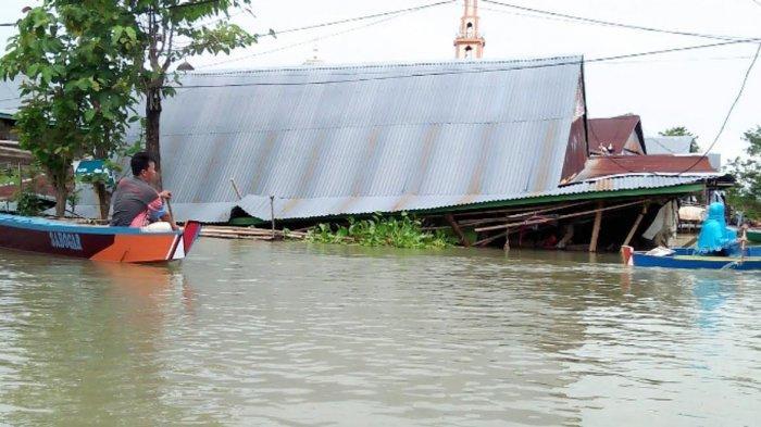 Hampir Sebulan Terendam Banjir, Rumah Ambo Tuo Roboh di Tempe Wajo