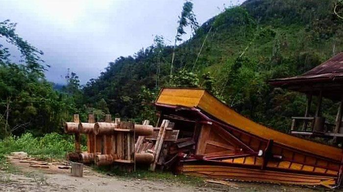 Rumah Adat di Buntu Pepasan Toraja Utara Roboh Diterjang Puting Beliung