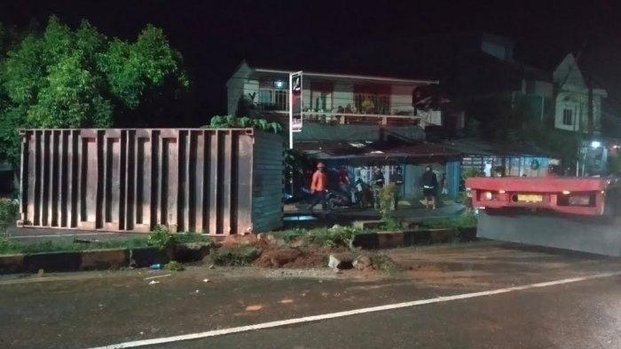 Kontainer Terbalik di Jalan Trans Sulawesi di Palopo, Macet hingga 2 Km