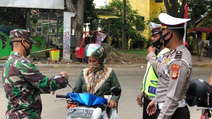Satlantas Polres Enrekang Bersama Personel Kodim 1419 Bagikan Masker ke Pengendara