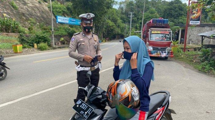Tegakkan Prokes, Satlantas Polres Enrekang Bagikan Masker ke Pengendara