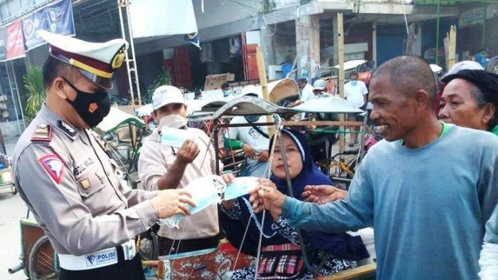 Kasat Lantas Polres Majene Bagikan Masker Gratis ke Tukang Becak