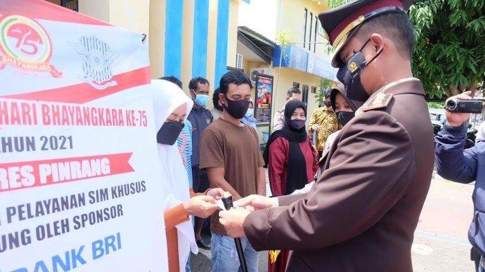 HUT ke 75 Bhayangkara, 35 Warga Pinrang Dapat SIM Gratis